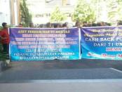 Puluhan warga Buleleng menggelar aksi di halaman Kantor Kejati Bali, Rabu (31/05/2017). Mereka mendesak Kejati Bali mengusut tuntas dugaan penyelewengan pengelolaan PD Swatantra milik Kabupaten Buleleng - foto: Istimewa