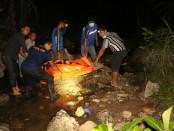 Proses evakuasi mayat yang sudah membusuk di Desa Ayah, Kecamatan Ayah, Kebumen, Jum'at (5/5) - foto: Sujono/Koranjuri.com