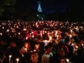 Bak lautan manusia, peserta aksi Malam Solidaritas untuk Ahok memenuhi Lapangan Puputan Renon, Denpasar. Mereka menyalakan lilin sebagai bentuk keprihatinan terhadap Basuki Tjahaja Purnama - foto: Wahyu Siswadi/Koranjuri.com