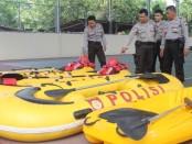 Pengecekan perahu karet oleh anggota Polres Kebumen – foto: Sujono/Koranjuri.com