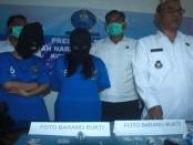2 orang perempuan yang menjadi perantara bandar narkoba. Mereka ditangkap oleh tim dari BNN Kota Denpasar - foto: Wahyu Siswadi/Koranjuri.com