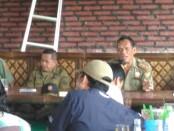 Tri Joko Pranoto, Kepala Satpol PP dan Damkar, Kabupaten Purworejo, saat gendu-gendu roso dengan wartawan di RM Mb Tin, Senin (8/5) - foto: Sujono/Koranjuri.com