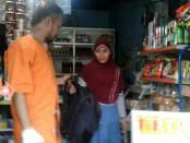 Tersangka Taufik Rahmat saat menitipkan tas ransel miliknya yang  berisi pisau di sebuah warung - foto: Istimewa
