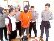 DS, tukang cukur yang  menyimpan obat jenis psikotropika, kini ditahan di Mapolres Purworejo