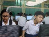 293 siswa SMP Negeri 1 Denpasar mengikuti UNBK, Selasa (2/05/2017). Jumlah itu ditambah 15 siswa dari SMP Bakti Wedanta yang menginduk di SMP Negeri 1 Denpasar dalam menggelar UNBK - foto: Wahyu Siswadi/Koranjuri.com