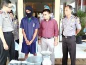 Tersangka DA, dengan barang bukti 9 kg obat mercon, kini ditahan di Mapolres Purworejo - foto: Sujono/Koranjuri.com