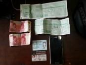 Barbuk uang hasil pungli beserta tanda pengenal sebuah ormas di Bali yang disita dari seorang oknum yang melakukan pungutan liar uang keamanan terhadap sejumlah pedagang di Dalung, Kabupaten Badung, Kamis, 1 Juni 2017 - foto: Istimewa