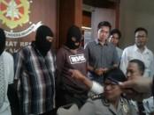 Para pelaku pemetik ponsel bermerek yang tergabung dalam sindikat. Mereka akhirnya dapat dibekuk tim dari Sub Ditreskrimum Polda Bali - foto: Suyanto