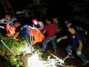Proses evakuasi mayat dalam karung yang ditemukan di Kebun Salak - foto: Sujono/Koranjuri.com