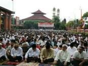 Ribuan umat muslim di Bali melaksanakan Sholat Ied di halaman Mapolda Bali yang dihadiri Agung Laksono bersama pejabat utama Polda Bali - foto: Istimewa