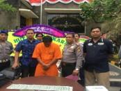 IGEJP alias Eka (28) pelaku pencurian uang terhadap tamu hotel. Ia ditangkap setelah mengambil uang lebih dari 6.000 dolar Amerika milik tamu hotel Svarna Duit, Seminyak, Bali - foto: Istimewa