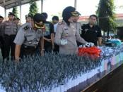 Kapolres Kebumen, AKBP Titi Hastuti, SSos, menunjukkan barang bukti petasan dan mesiu yang disita, Senin (5/6) - foto: Sujono/Koranjuri.com