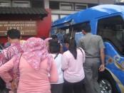masyarakat menukarkan uang untuk kebutuhan menjelang Lebaran di mobil kas keliling BI yang terparkir di sebelah timur halaman Kabupaten Wonogiri - foto: Agus/Koranjuri.com