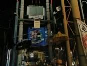 Korban tersengat listrik saat akan menurunkan papan reklame yang jatuh dan menimpa gardu PLN - foto: Istimewa