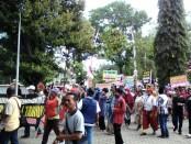 Ratusan PKL alun-alun Purworejo berunjuk rasa terkait rencana pembangunan alun-alun Purworejo. Mereka menolak dipindah ke Taman Kuliner - foto: Sujono/Koranjuri.com