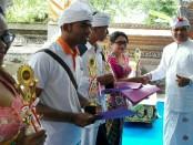 Rektor IKIP PGRI Bali, I Made Suarta menyerahkan piala kepada mahasiswa pemenang lomba - foto: Wahyu Siswadi/Koranjuri.com