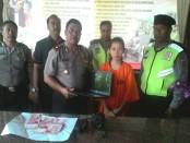 Ashilla Sungkar (22) nekad mengambil sejumlah uang dan laptop di eks tempat kerjanya - foto: Suyanto