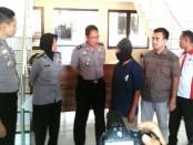 Tersangka PH, pensiunan PNS yang mencabuli 2 gadis ingusan, saat dimintai keterangan Kapolres Purworejo, AKBP Satrio Wibowo, SIK - foto: Sujono/Koranjuri.com