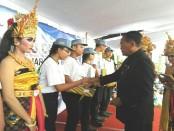 Pemberian penghargaan kepada siswa peserta mPLS terbaik. SMK PGRI 3 Denpasar menerima 689 siswa baru di tahun pelajaran 2017/2018 - foto: Wahyu Siswadi/Koranjuri.com