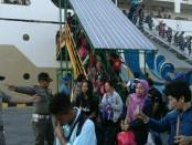 Penumpang KM Binaiya yang tiba di Pelabuhan Benoa, satu per satu diperiksa petugas yang menggelar Razia Yustisi Gabungan, Senin, 3 Juli 2017 - foto: Istimewa