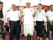 Wakil Gubernur Bali, I Ketut Sudikerta menunjukkan produk Koperasi Gemasadu yakni, dupa dan air minum dalam kemasan. Sekaligus, Sudikerta memesan 100 boks air mineral - foto: Dayu Martini/Koranjuri.com
