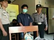 Tersangka Giyanto, duda yang membawa anak gadis dibawah umur, kini ditahan di Mapolsek Loano - foto: Sujono/Koranjuri.com