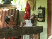 Budiono, menunjukkan meteran listrik 900 VA. yang ternyata MCB nya 450 VA - foto: Sujono/Koranjuri.com