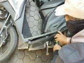 Sabu-sabu yang disembunyikan pelaku di bawah tutup mesin sepeda motornya dan dikemas sedemikian rupa untuk mengelabui petugas - foto: Istimewa