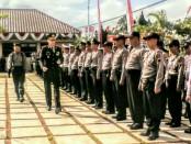Kapolres Purworejo, AKBP Satrio Wibowo, SIK, saat meninjau pasukan dalam upacara peringatan HUT Bhayangkara ke 71, Senin (10/7), di halaman Mapolres Purworejo - foto: Sujono/Koranjuri.com