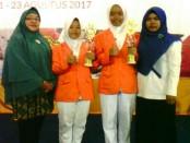 Indah Widiarti dan Siti Roisah, dua siswa SMK Kesehatan Purworejo yang menjuarai lomba LKS Farmasi dan Keperawatan tingkat Kabupaten Purworejo - foto: Sujono/Koranjuri.com