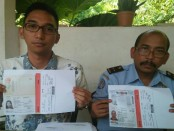 Kepala Kantor Imigrasi Singaraja, Victor Manurung didampingi Kasi Penindakan, Thomas Aries menunjukan foto WNA yang dideportasi, Rabu, 30 Agustus 2017 - foto: Istimewa