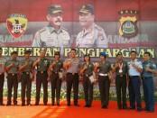 Pemberian penghargaan kepada TNI/Polri yang diserahkan oleh Kapolda Bali, Irjen Pol. Petrus Reinhard Golose - foto: Istimewa