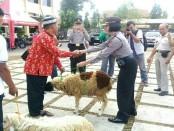Penyerahan hewan korban dari Kabag Ops Kompol Sri Wigiyanti kepada masyarakat - foto: Sujono/Koranjuri.com