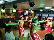 Tarian penyambutan menjadi salah satu hiburan untuk wisatawan yang berlayar dengan Bounty Cruise - foto: Koranjuri.com