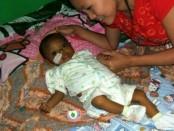 Arfan, bayi penderita gangguan fungsi hati bersama ibunya, Ny. Ria Susanti - foto: Sujono/Koranjuri.com
