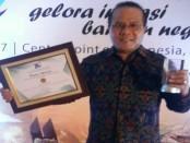 Rektor IKIP PGRI Bali, Dr. I Made Suarta., SH., M.Hum., menerima penghargaan SPMI dari Kemenristek Dikti sebagai kampus yang mampu mengembangkan standar nasional pendidikan tinggi - foto: Istimewa