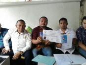 Nova (tengah) bersama tim dari Himpunan Advokat Muda Indonesia (HAMI) - foto: Koranjuri.com