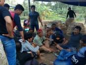 Para penjudi dan barang bukti yang berhasil diamankan polisi, dalam penggrebegan judi sabung ayam di Desa Selotumpeng, Mirit, Sabtu sore (19/8), dipimpin oleh Kapolres Kebumen, AKBP Titi Hastuti - foto: Sujono/Koranjuri.com