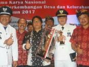 Bupati Badung, I Nyoman Giri Prasta angkat piala penghargaan untuk Desa Adat Kutuh sebagai Desa Mandiri Nasional 2017 - foto: Istimewa