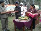 Kepala SMA Negeri 8 Denpasar melakukan pemotongan tumpeng di hari jadi ke-11 SMA Negeri 8 Denpasar - foto: Koranjuri.com