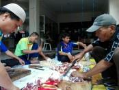 Proses pembagian daging kurban di SMP Tawakkal Denpasar - foto: Koranjuri.com