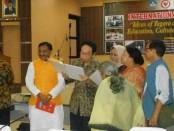 Prof. Dr. Sri Edi Swasono bersama kalangan pendidikan dari India - foto: Lanjar Artama/Koranjuri.com