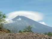 Penampakan Gunung Agung pada 22 September 2017 sebelum statusnya ditingkatkan dari  Level III (Siaga) ke Level IV (Awas) pukul 20.30 WITA - foto: Dayu Martini