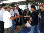 Ribuan warga sejak sore hari antri menukarkan kupon daging hewan kurban di Mushola Al Falah, Padangsambian, Denpasar - foto: Koranjuri.com