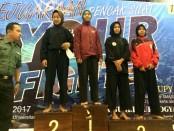 Novela Senli Kusumaningrum (tengah), saat meraih juara 1 kejuaraan pencak silat UPN Cup 2017 tingkat pelajar SMA/sederajat se DIY-Jateng - foto: Sujono/Koranjuri.com