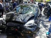 Kondisi mobil yang menghantam 2 sepeda motor di jalan Raya Sesetan Denpasar, Senin,11 September 2017 - foto: Koranjuri.com