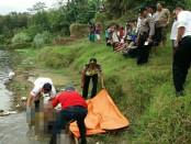 Mayat laki-laki misterius yang mengapung di Sungai Luk Ulo, Kebumen,  saat dievakuasi petugas - foto: Sujono/Koranjuri.