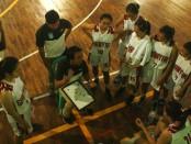 Tim  basket putri Kabupaten Seni Gianyar mendengarkan arahan pelatih I Kadek Darmawan , Selasa, 5 September 2017 - foto: Wahyu Siswadi/Koranjuri.com