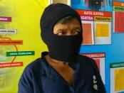 JN, tersangka dukun cabul, kini ditahan di Mapolsek Loano - foto: Sujono/Koranjuri.com