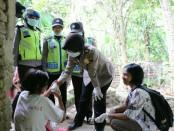 Kapolres Kebumen, AKBP Titi Hastuti, saat mengunjungi pondok orang gila Mbah Marsiyo, Jum'at (13/10), di Desa Winong, Mirit - foto: Sujono/Koranjuri.com